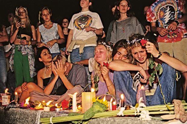 Jovens Deadheads inconsoláveis no dia da morte de Jerry Garcia, em 1995