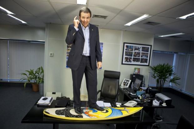 "Eduardo Paes prefeito do Rio ""surfa"" na mesa de seu gabinete"