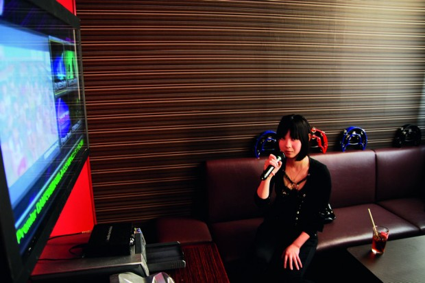"A bartender Tame, 21 anos, solta a voz com ""animes songs"""