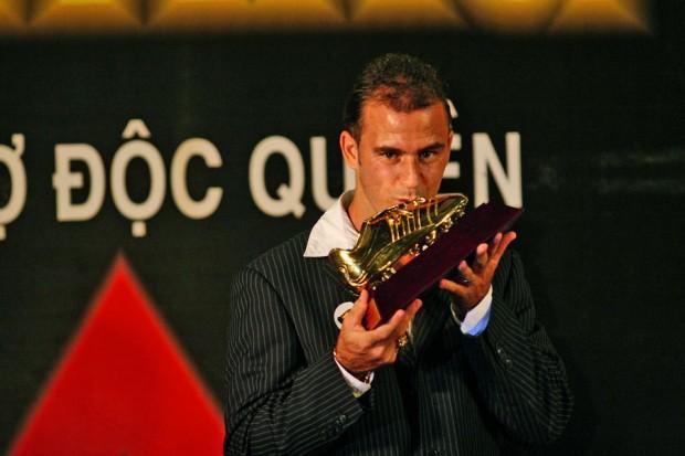 Kesley recebe a Chuteira de Ouro de 2009, ano em que foi artilheiro do campeonato do país, com 17 gols