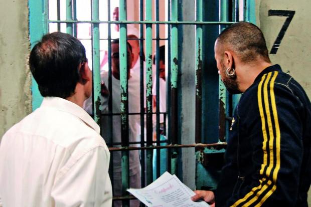 Rogério e Júnior, do AfroReggae, mudando, dia após dia, a cabeça dos detentos nos presídios do Bangu