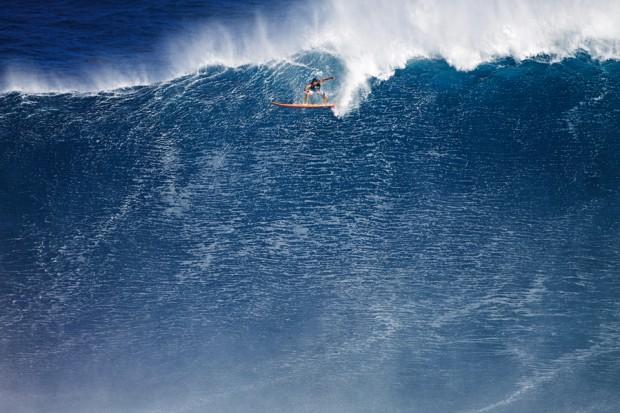 Danilo inicia a decolagem na direita de 20 m em Jaws que pode lhe dar o prêmio de melhor onda do ano e o recorde no Guinness de maior onda surfada no braço na história
