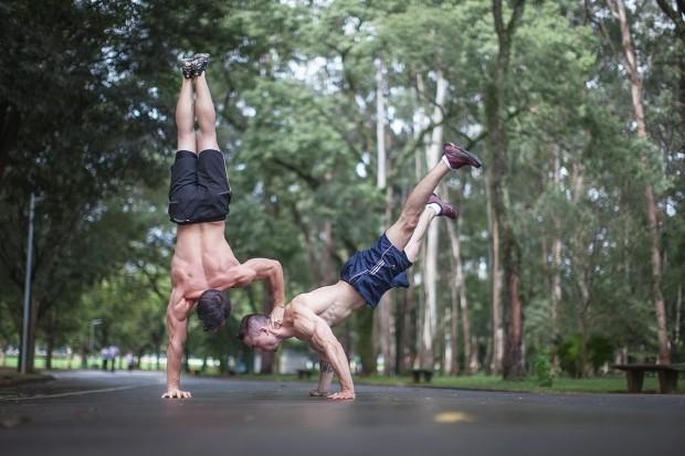 Luiz Otávio Mesquita e Thiago Tavares transformam o corpo em apoio neste exercício