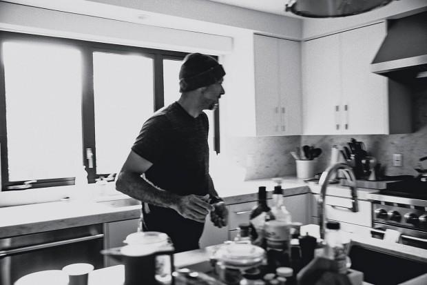 Padilha na cozinha de casa, em Los Angeles, durante a sessão de fotos para a Trip
