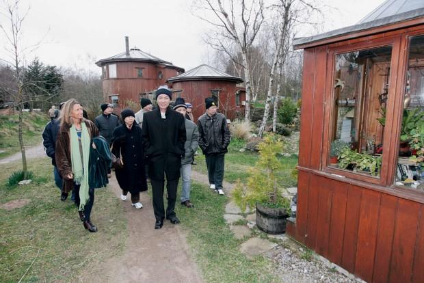 May recebe delegações oficiais da Coréia e Vietnã na ecovila de Findhorn, Escócia; ao fundo, as casas de barril