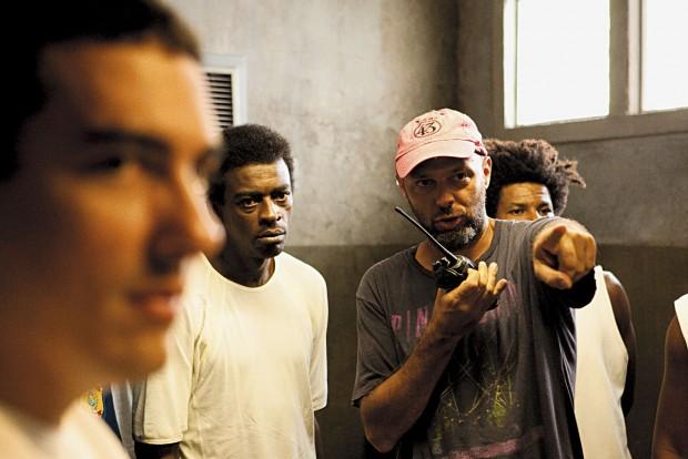 Nas filmagens de 'Tropa de Elite 2' (2010), dirigindo Seu Jorge