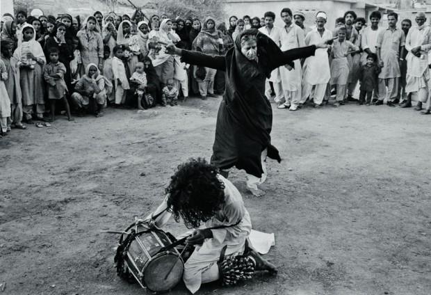 Mulher em transe com a música de um dervixe sufi no Paquistão, 1988