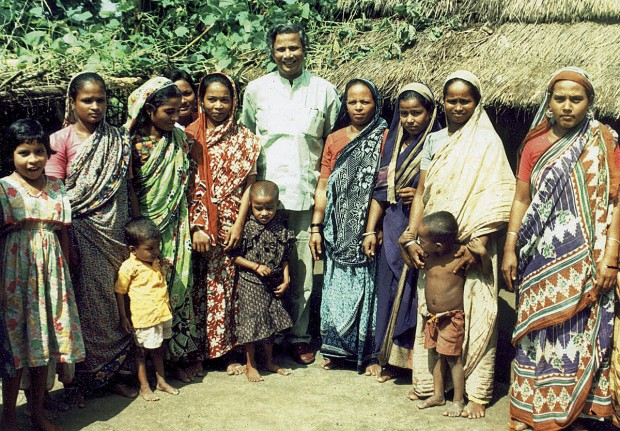 Com mulheres de Bangladesh, nos anos 1980. Foi para artesãs que ele concedeu os primeiros empréstimos, no valor de US$ 27