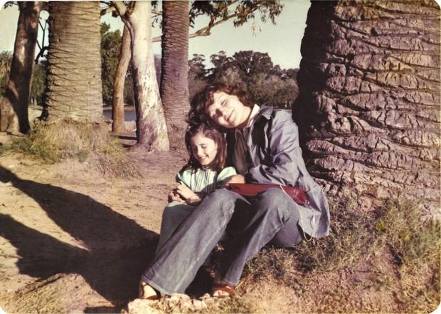 Nesta foto, com a mãe, Irma, aos 8 anos, em um parque em Buenos Aires