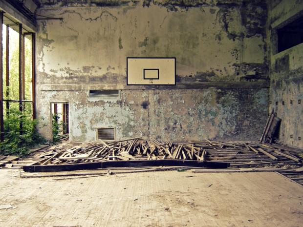 Ginásio de esportes abandonado às pressas