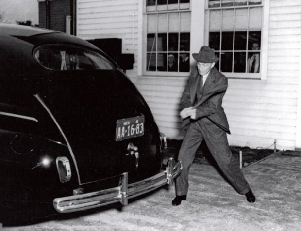 Henry Ford dá uma marretada em carro de fibra de cânhamo, em 1941, para provar sua resistência