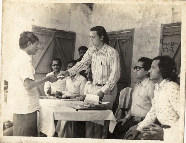 Yunus em 1976, quando começou as ações que deram forma ao Grameen Bank