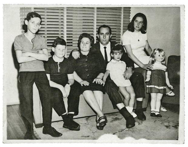Em foto de Natal com os pais e os irmãos, Beltrame é o segundo da esquerda para a direita