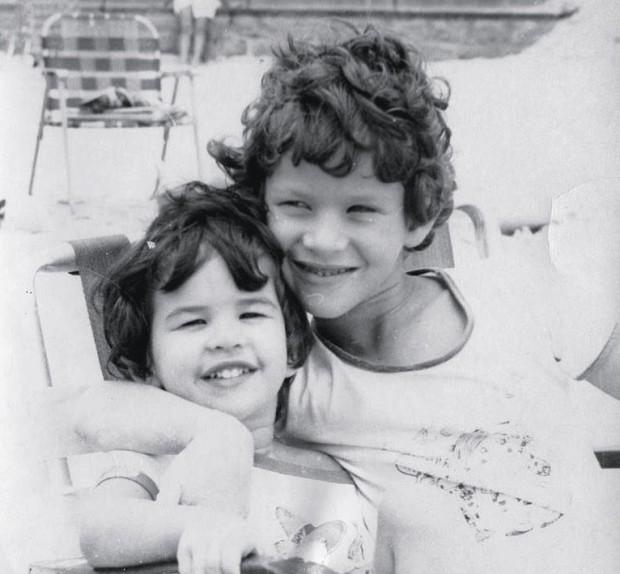 Dan aos 6 anos com a irmã, Tamara