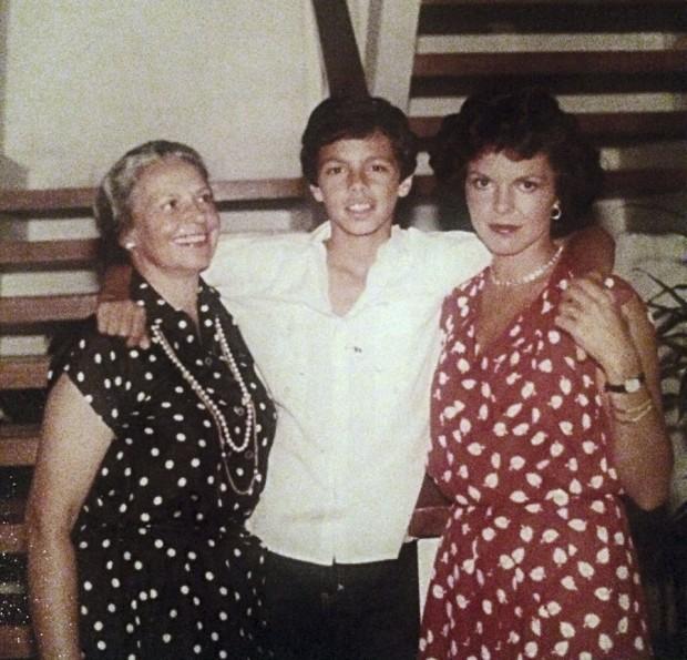 José Padilha com a mãe, Alice, e a avó Raquel em 1979