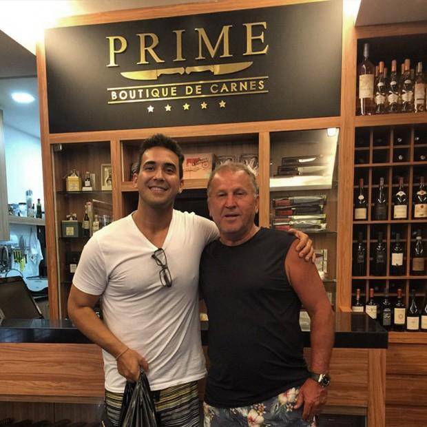 André Marques recebendo Zico em seu açougue gourmet