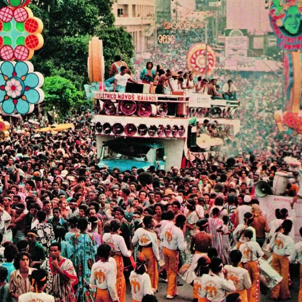 O bloco dos Novos Baianos no Carnaval de Salvador, nos anos 70