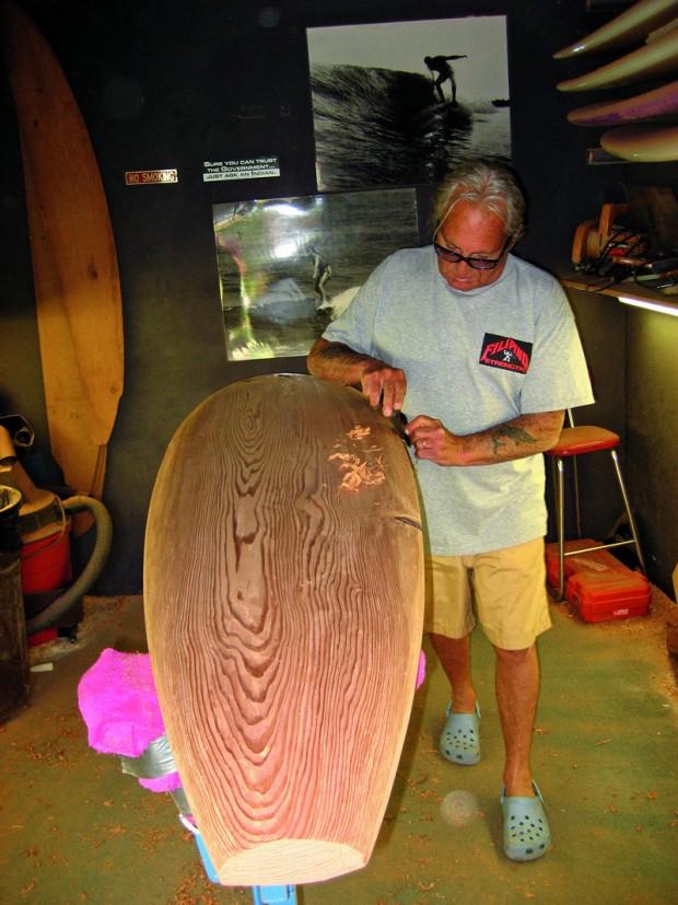 Lapidando madeira balsa para manter viva sua raiz