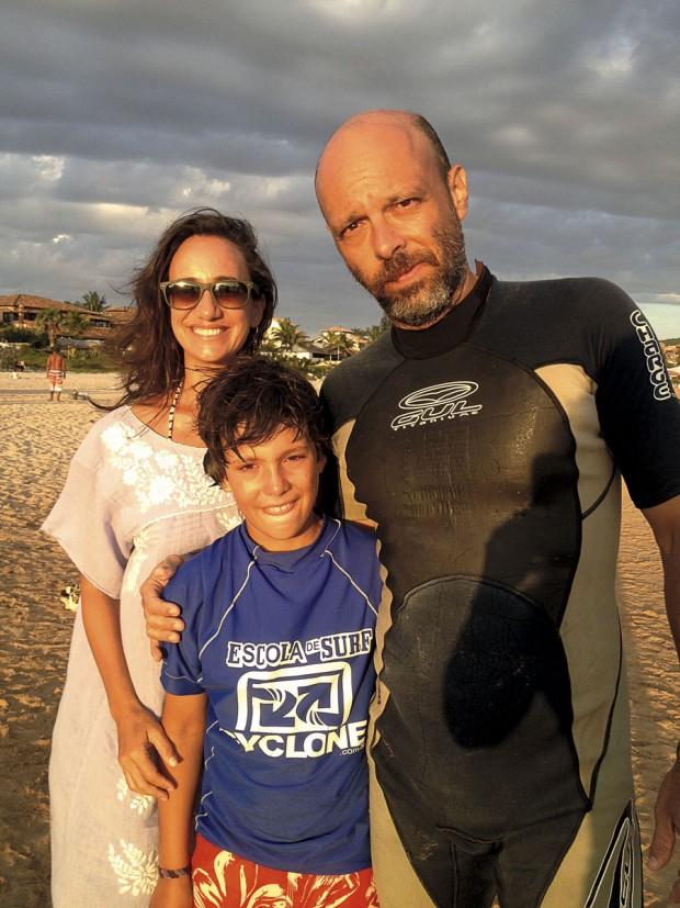 José Padilha com a mulher, Jô Rezende, e o filho Guilherme em Geribá, Búzios, em 2014