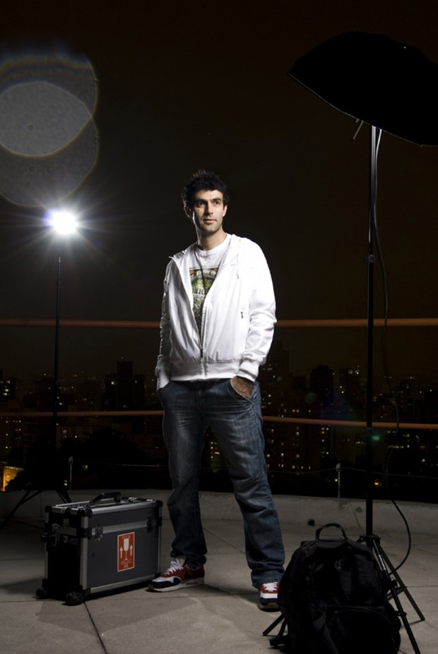 Marcelo Naddeo; camiseta Hurley R$ 130 + jaqueta Nike R$ 229,90 + calça acervo pessoal + tênis Nike R$ 349,90