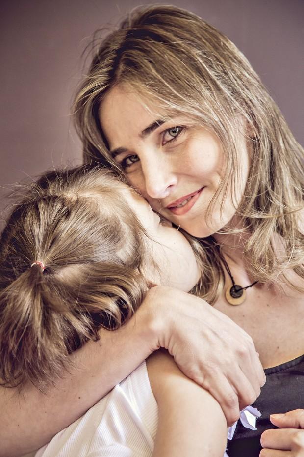 Katiele Fischer abraçando sua filha