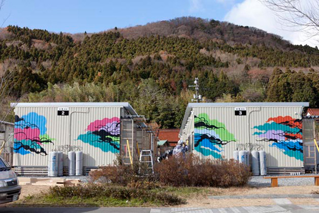 O trabalho de Titi Freak nas moradias provisórias após o terremoo que atingiu o Japão em março de 2011