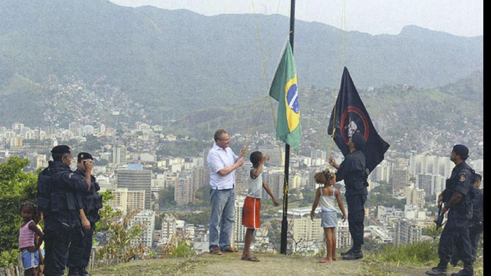 Hasteando a bandeira no Morro dos Macacos, onde um helicóptero da PM foi abatido em 2009