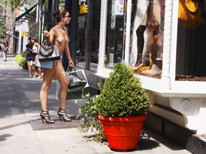 Nue York: Self-Portraits of a Bare Urban Citizen