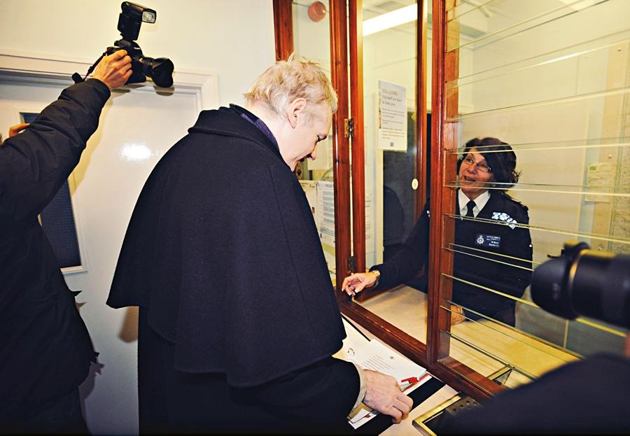 visita diária à delegacia de Beccles, condado de Suffolk, para mostrar que está respeitando a prisão domiciliar