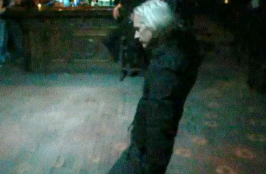 Assange soltinho em uma pista na Islândia, em um vídeo gerou comparações com a dancinha de Thom Yorke no mais novo vídeo do Radiohead