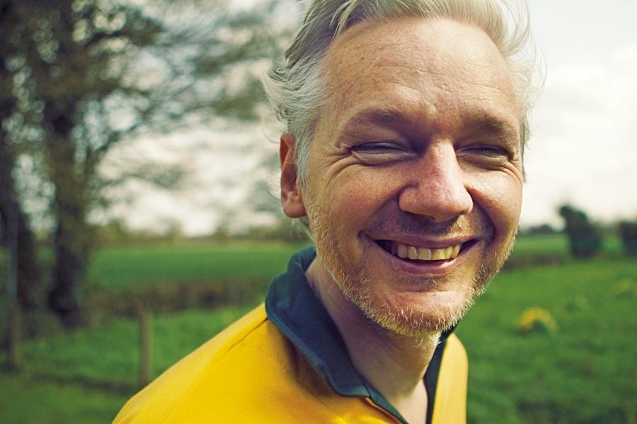 Assange em raro registro de sorriso aberto