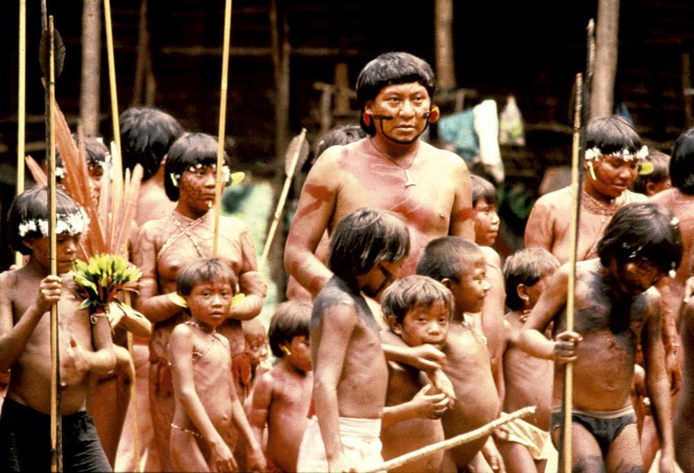 """Davi em meio a seus """"parentes"""" Yanomami"""