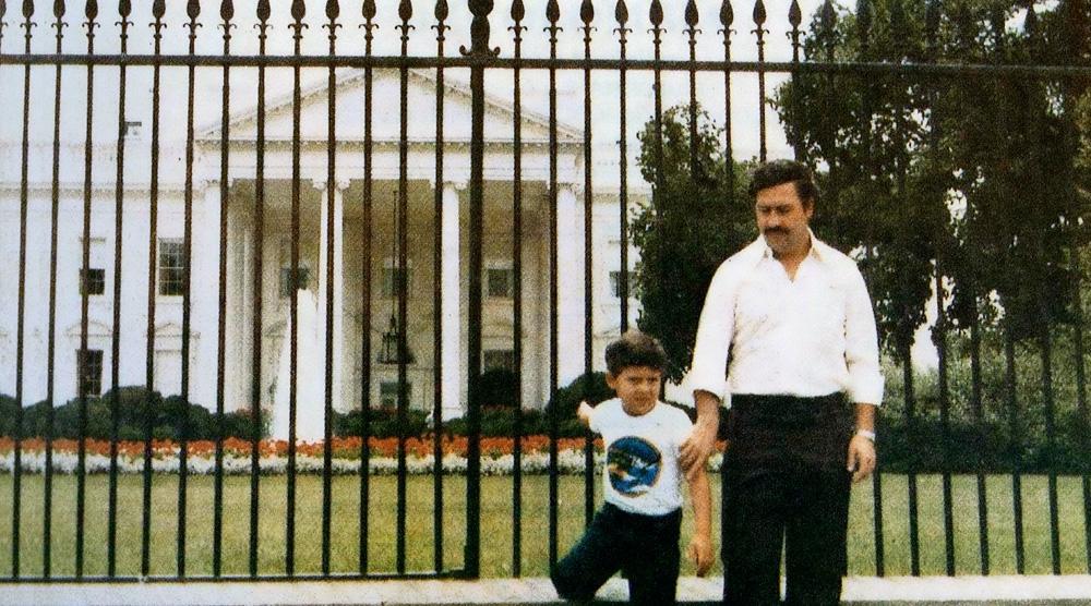 Sebastian Morroquín, o filho pacifista de Pablo Escobar, com o pai diante da Casa Branca