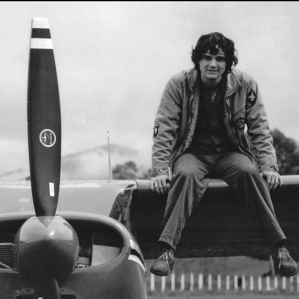 Sentado na asa de um avião, que aprendeu a fazer decolar, durante as filmagens do longa VIPS, em 2009