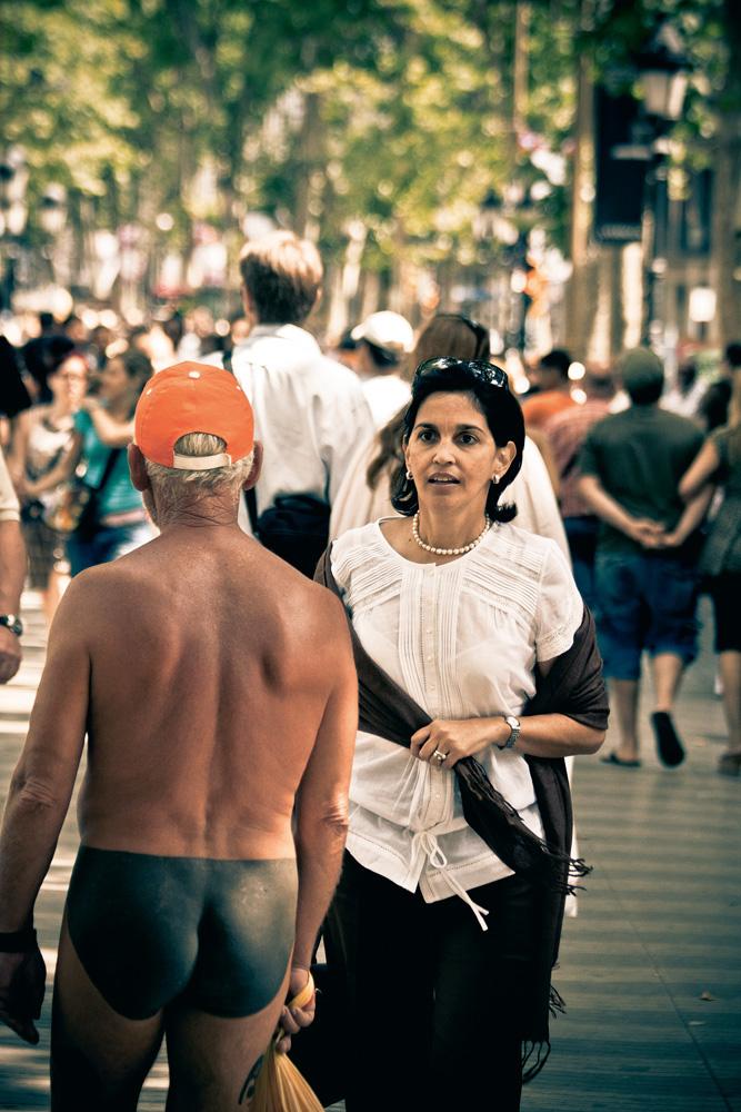 Uma senhora espanhola espanta-se, provavelmente, com a tatuagem do Futbol Club Barcelona que Esteban Trancón Ejarque fez no peito