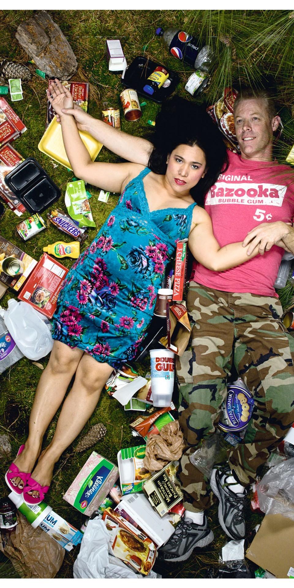 Imagem da série 7 days of garbage, em que o fotógrafo californiano Gregg Segal pediu para que amigos, vizinhos e conhecidos se deitassem em meio ao lixo que produziram durante uma semana.