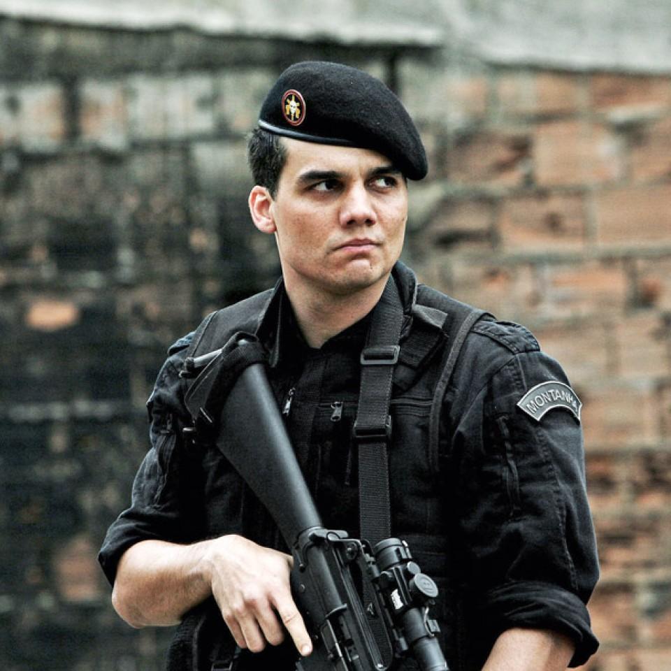 Como o já clássico capitão Nascimento, em Tropa de elite: 'Apesar de cometerem barbaridades, os policiais têm filhos, amam, choram'