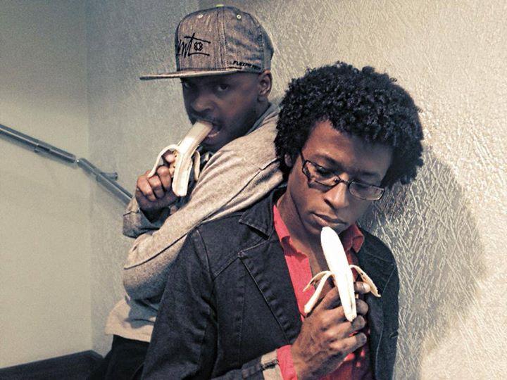 Os irmãos posam com uma banana após polêmica com o jogador Daniel Alves repercutir na internet e o jogador Neymar lançar a campanha