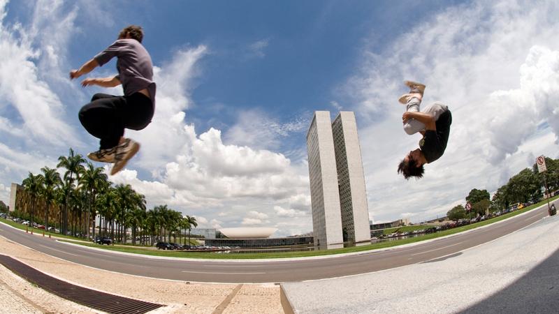 Jovens da equipe BR Tracer praticam Le Parkour ao lado Palácio do Planalto