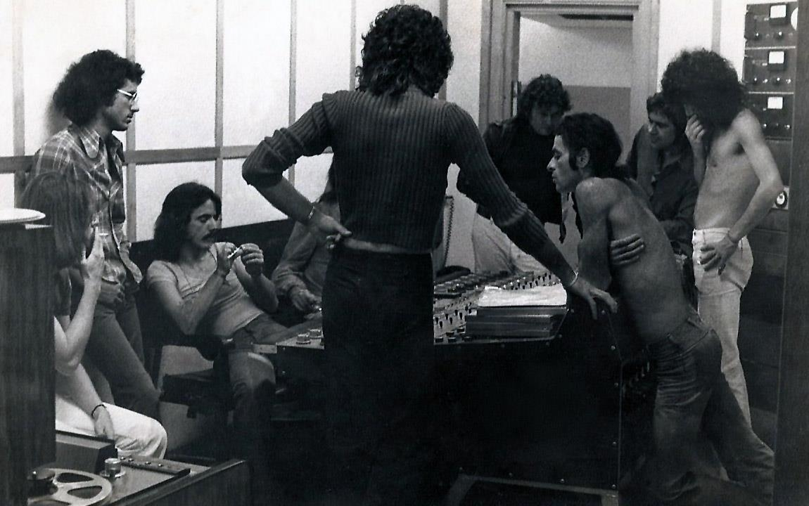 Sessão de prova do disco de estreia do Secos & Molhados. Sentado à esquerda está Emilio Carreira.