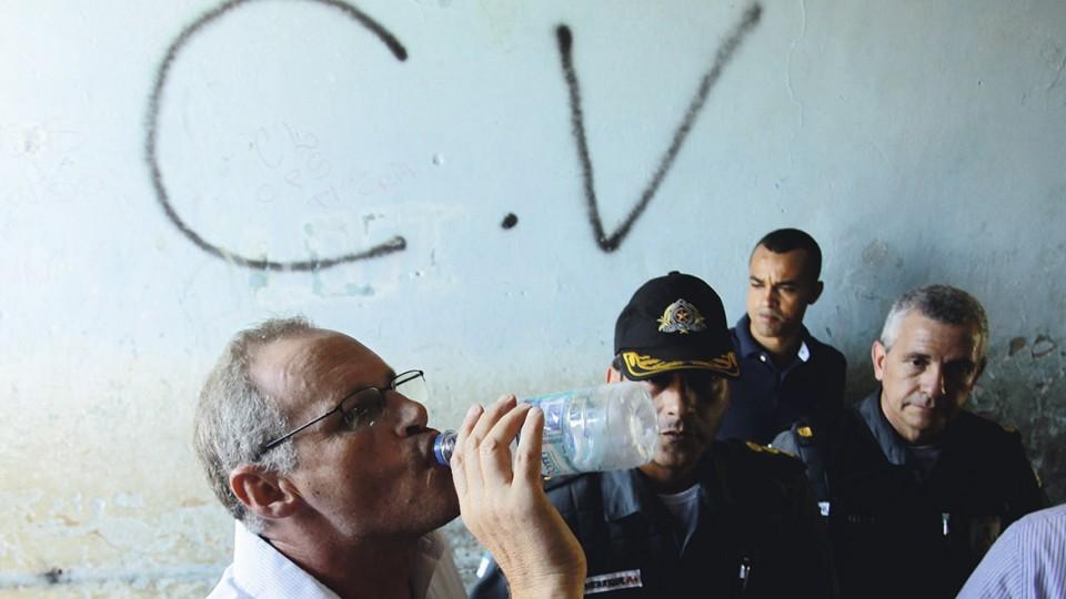 Polícia militar inaugura destacamento ano passado; ao fundo, pixo do Comando Vermelho