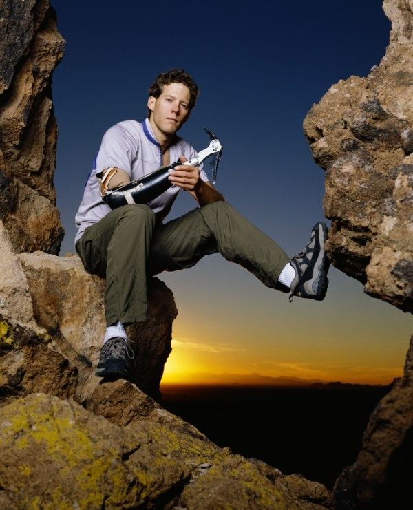 Aron Ralston em foto de 2004, um ano após ficar preso no deserto e perder a mão direita