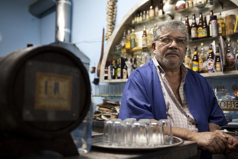 Severino Gomes da Silva, o Biu, no balcão de seu bar