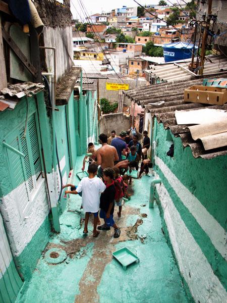 A intervenção do coletivo Boa Mistura na Vila Brasilândia, zona norte de São Paulo