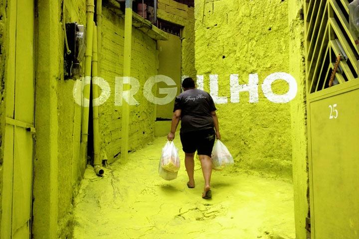Coletivo espanhol espalha mensagens positivas pelas vielas da Brasilândia, em São Paulo