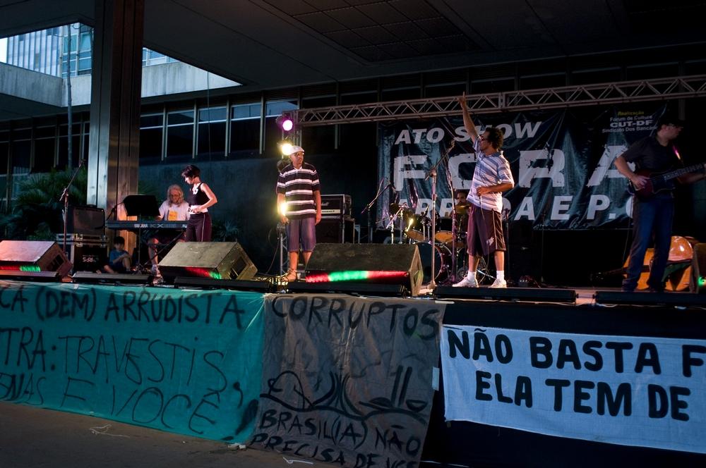 Nego Dé (boné branco) e GOG cantam em show organizado pelos alunos da UNB, pedindo a renúncia do governador José Arruda (ex-DEM)