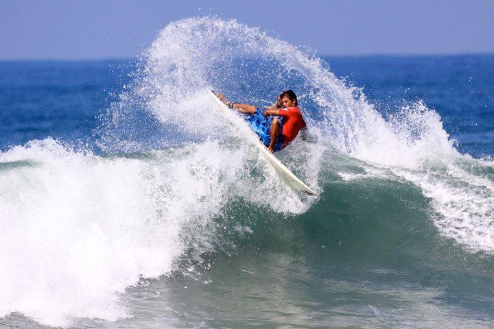 Caio Vaz jogando àgua