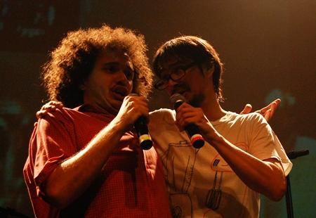Gustavo Cabelo, da Trupe Chá de Boldo e Peri Pane, participando do coro carnavalesco de   Desquite no show do Cérebro