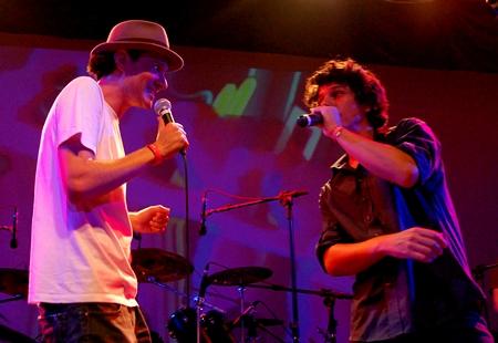Tatá Aeroplano e Hélio Flanders, vocalista do Vanguart