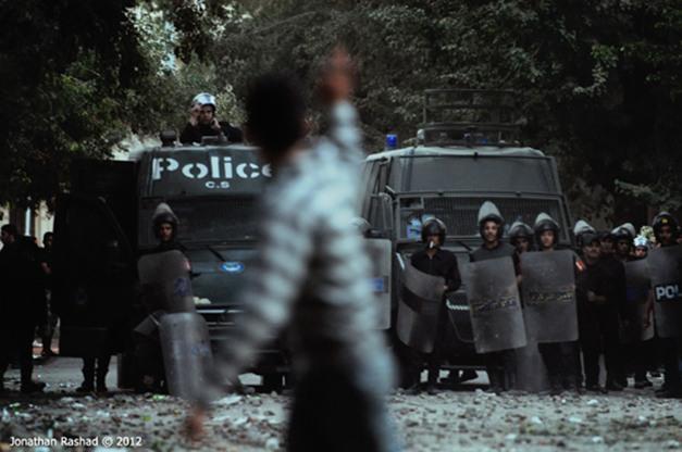 Manifestantes enfrentam a tropa de choque em ocupação da praça Simon Bolivar, na capital egípcia (26/11)